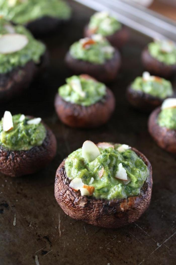 1-entrée-froide-avec-avocado-épinard-et-champignon-servir-froid-pour-la-table-de-fete