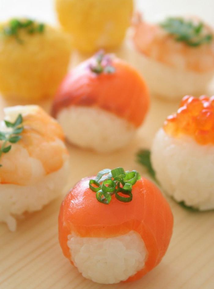 1-entrée-froide-rapide-avec-prosciutto-rice-blanc-en-forme-de-petits-tomates-pour-la-table