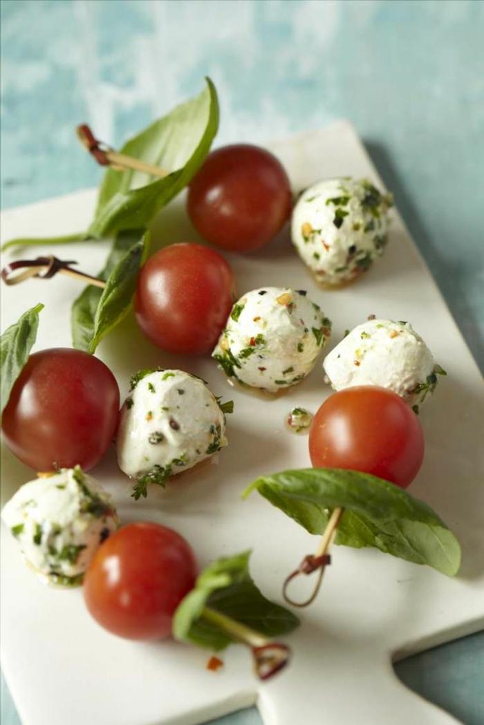 1-entrée-froide-rapide-avec-tomates-et-fromages-pour-la-table-fete-et-vos-invites