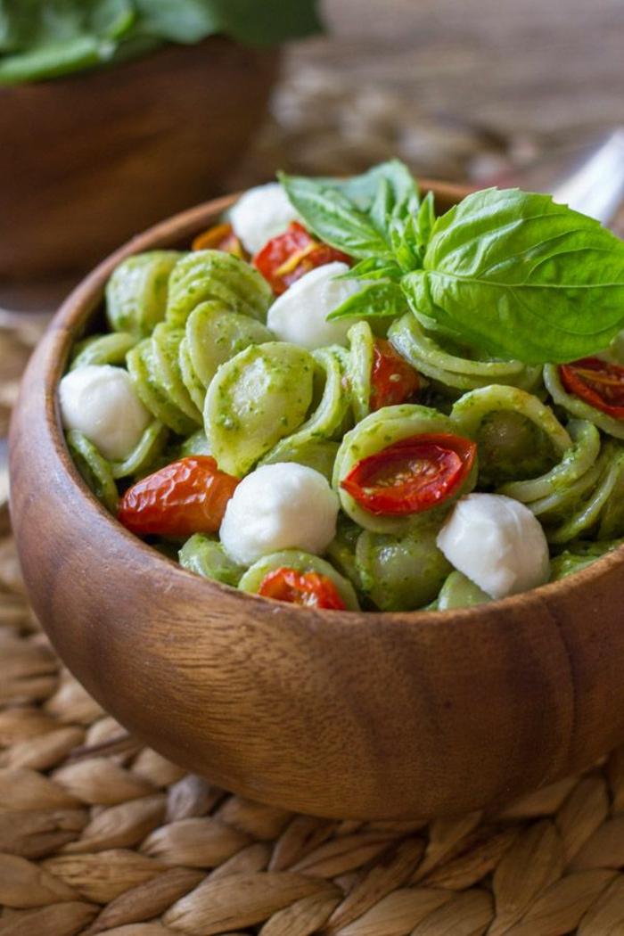 1-entrees-froides-faciles-rapides-avec-pasta-tomates-pesto-idee-entree-froide