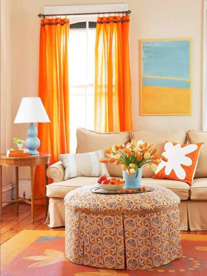 1-fenetre-orange-avec-rideau-voilage-orange-et-canapé_beige-avec-table-de-salon-tabouret