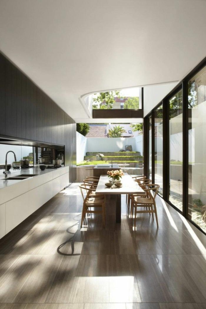 1-feng-shui-cuisine-couleur-avec-sol-en-carrelage-gris-table-de-cuisine-feng-shui-grandes-fenetres-beaucoup-de-lumièре