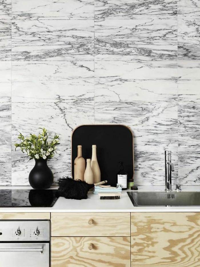 1-feng-shui-cuisine-couleur-mur-en-marbre-balnc-et-gris-meubles-en-bois-clair-credence-de-cuisine