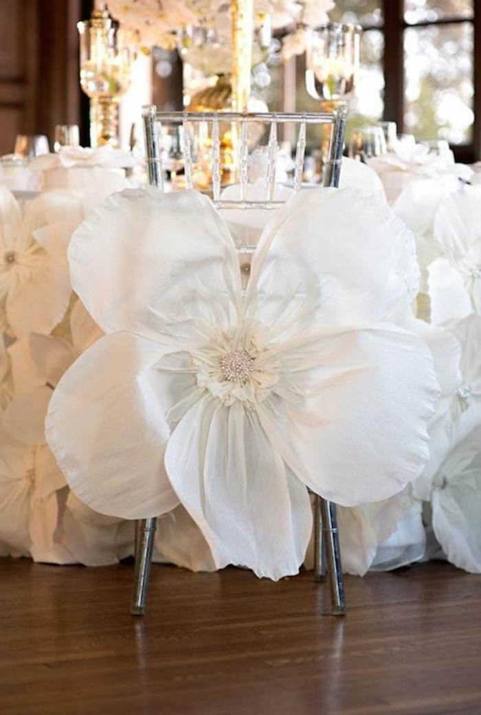 1-hausse-de-chaise-mariage-pas-cher-avec-fleurs-blancs-comme-decoration