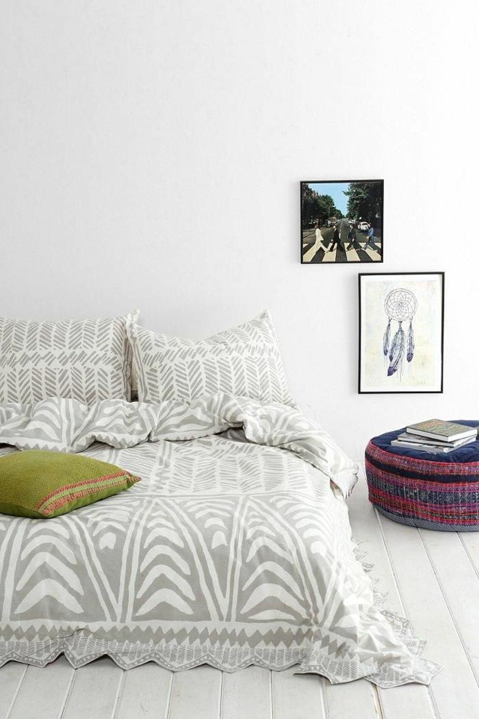 1-housse-de-couette-carrefour-gris-et-blanc-sol-en-bois-blanc-mur-blanc-table-de-chevet
