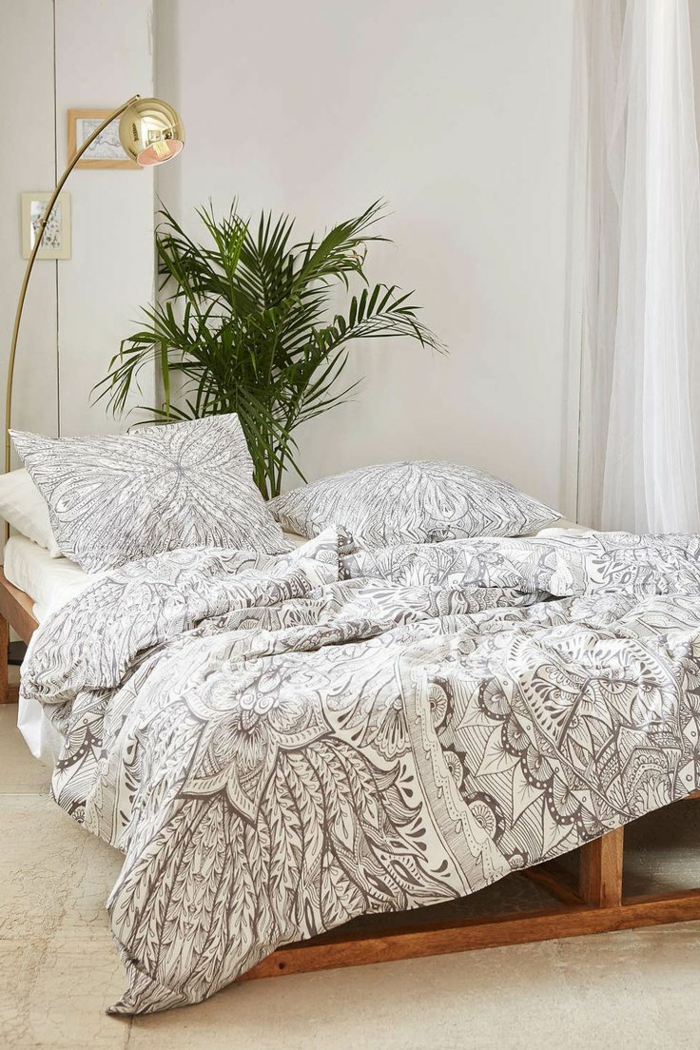 1-housse-de-couette-la-redoute-blanc-gris-et-plante-verte-dans-la-chambre-à-coucher-blanche