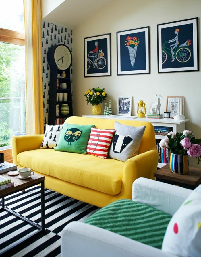 1-housse-de-coussin-60x60-pour-un-canapé-jaune-situé-dans-le-salon-tapis-à-rayures-blanches-noires