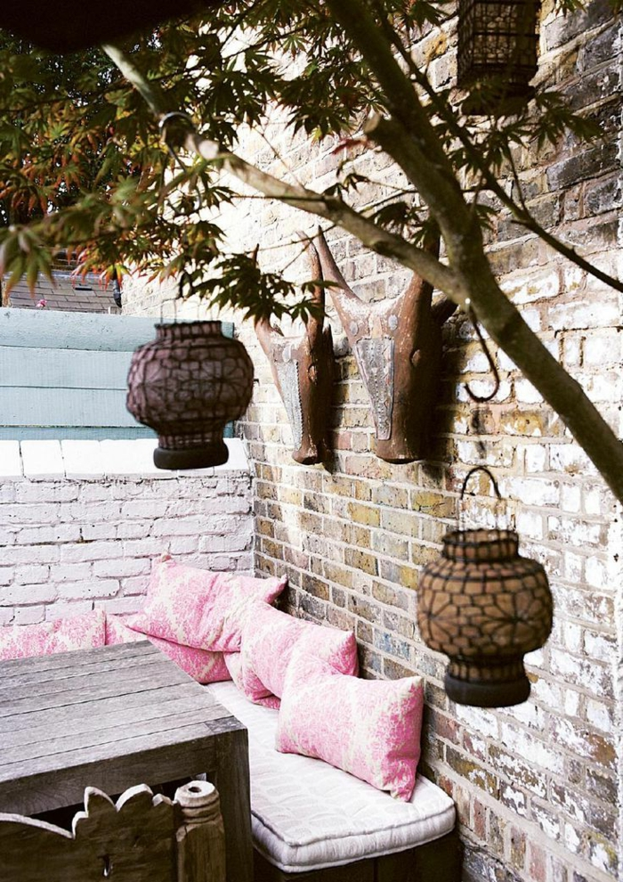 1-idee-amenagement-jardin-pas-cher-de-style-rustique-mur-en-pierres-canapé-rose-d-extérieur