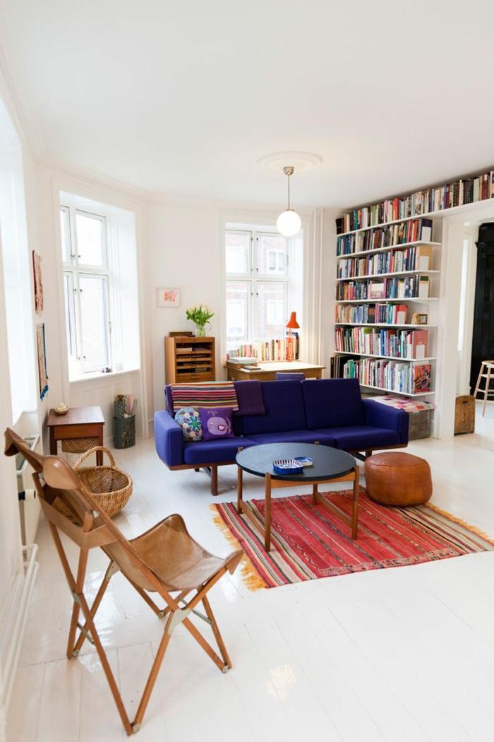 1-idee-deco-sejour-pour-le-salon-moderne-tapis-rouge-coloré-canapé-violet-bibliothèque-murale