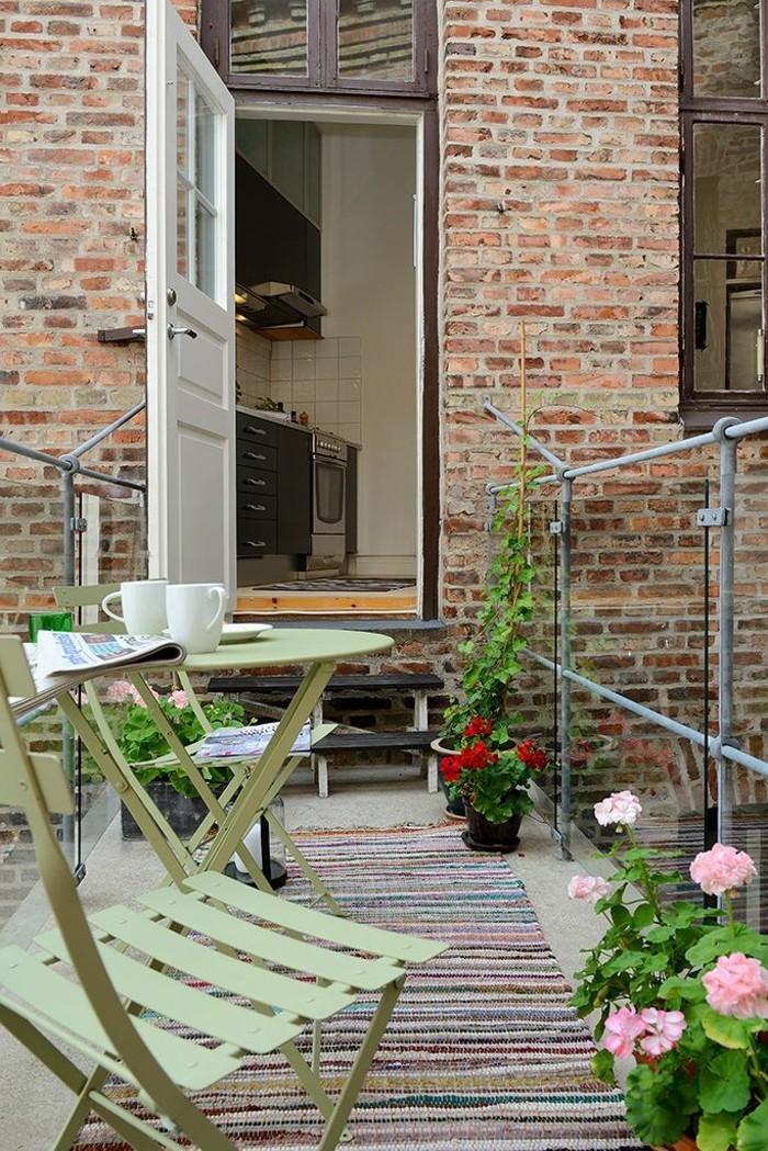 1-joli-balcn-avec-tapis-d-extérieur-a-rayres-colorés-pour-votre-balcon-moderne