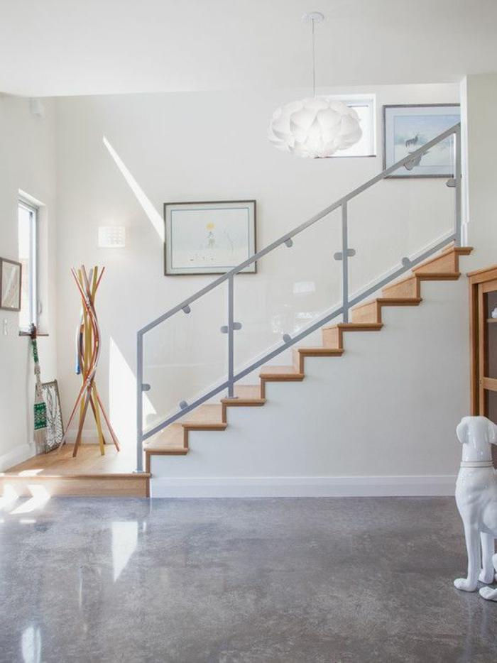 1-joli-couloir-minimaliste-avec-sol-en-beton-decoratif-ciré-gris-et-escalier-en-bois