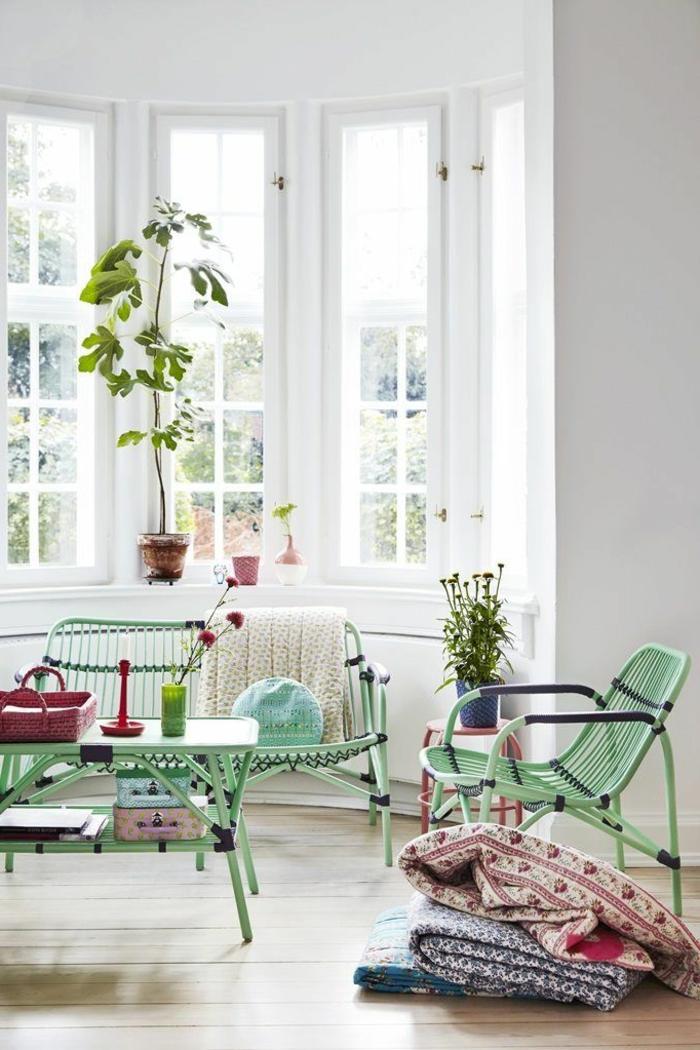 1-joli-salon-avec-meuble-en-bambou-laqué-de-couleur-vert-et-bleu-avec-parquet-clair