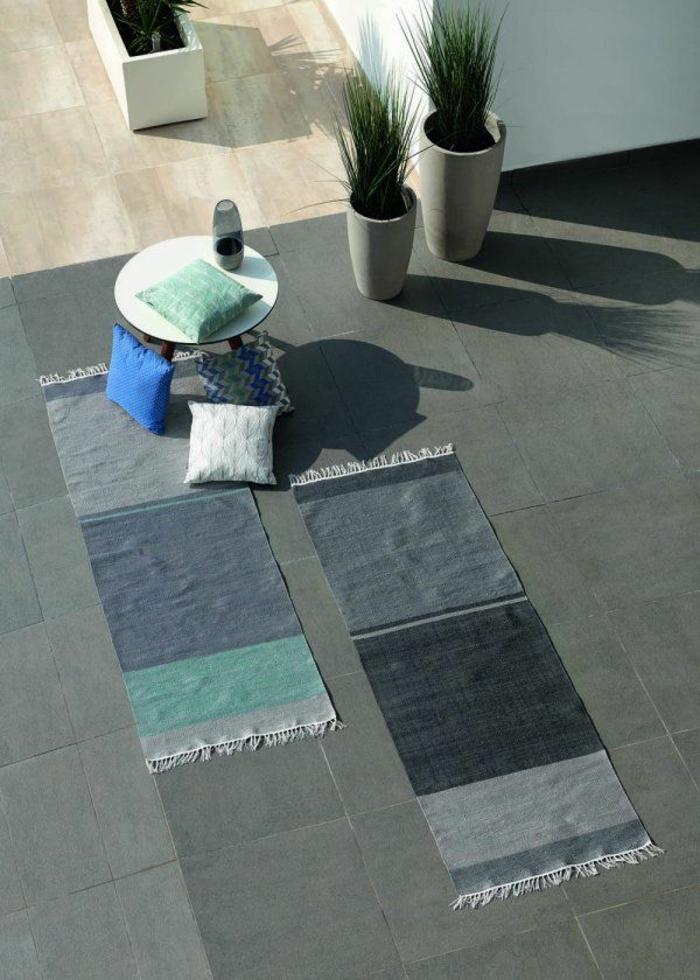 1-joli-tapis-d-extérieur-pour-le-jardin-tapis-gris-bleu-a-rayures