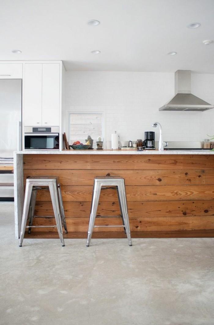 1-jolie-cuisine-avec-sol-en-béton-ciré-gris-et-bar-de-cuisine-en-bois-avec-un-chaise-de-bar-gris