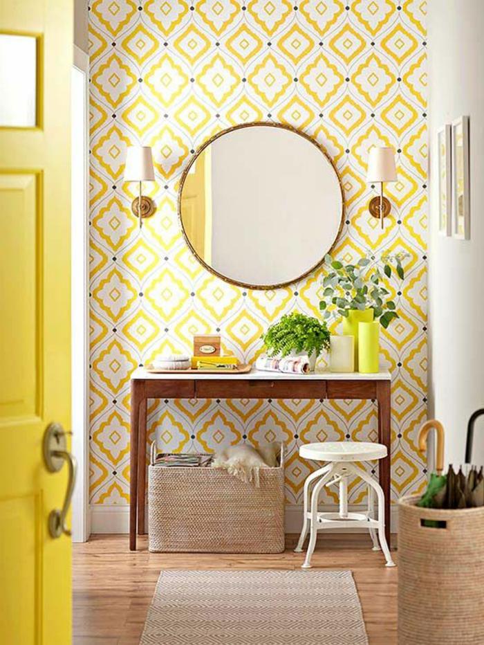 1-jolie-entrée-pleine-de-lumière-avec-papier-peint-géométrique-jaune-et-miroir-rond