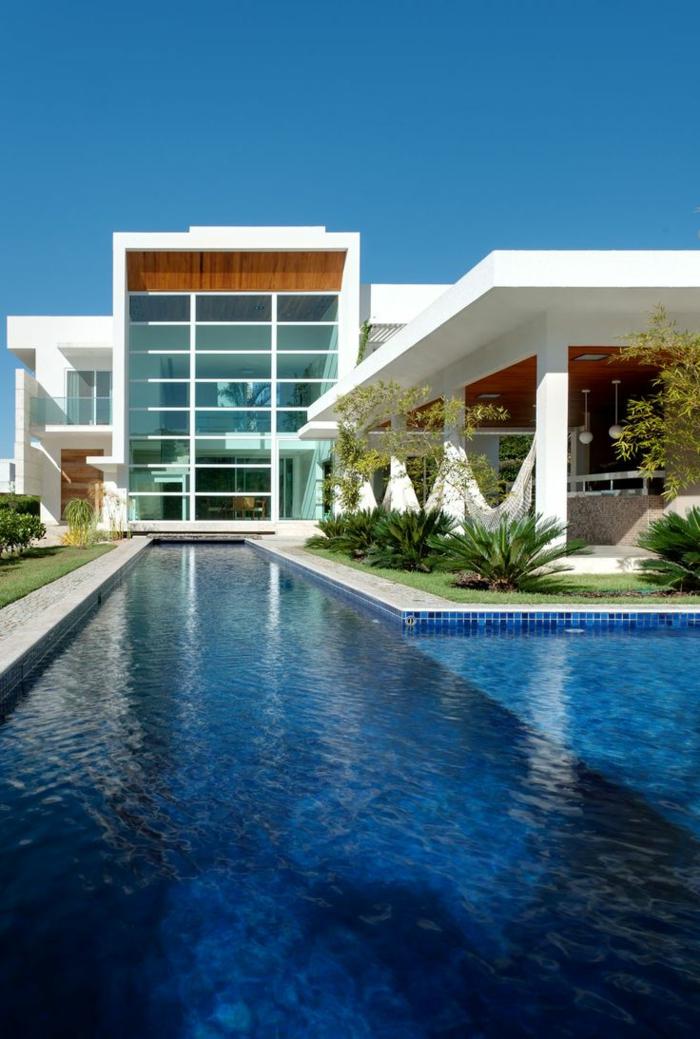 1-jolie-maison-de-luxe-avec-piscine-d-extérieur-et-pelouse-verte-dans-le-jardin-moderne