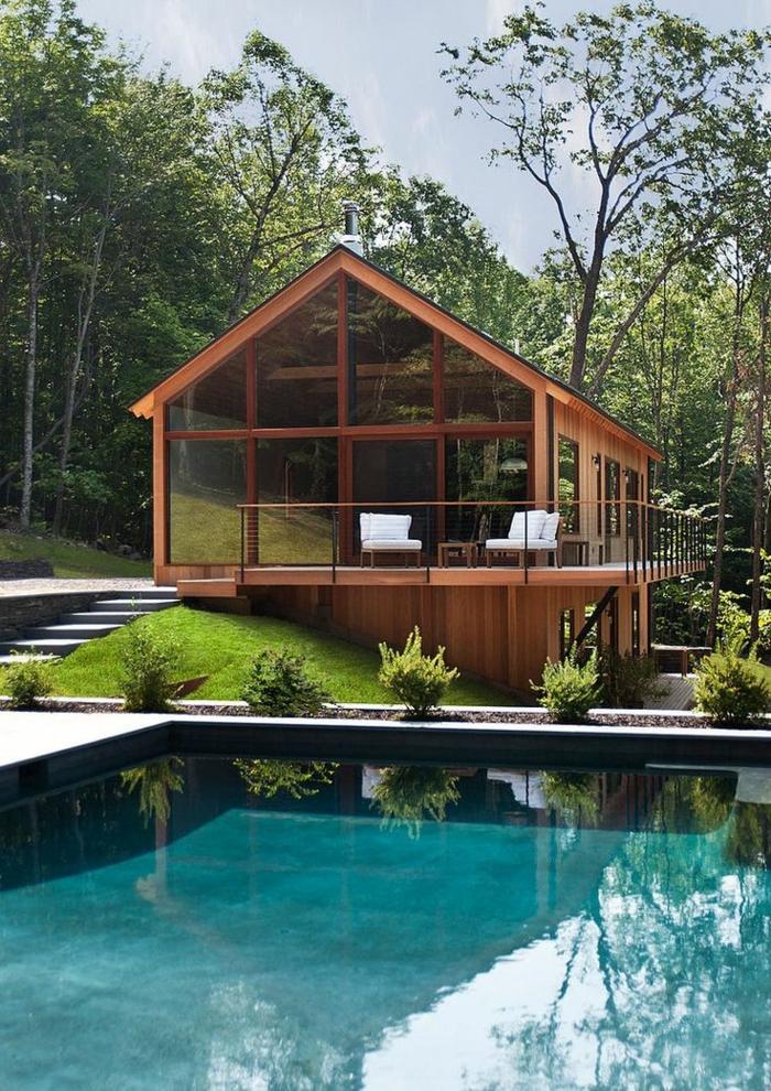 1-jolie-maison-en-verre-et-bois-dans-le-foret-avec-piscine-d-exterieur-et-pelouse-verte