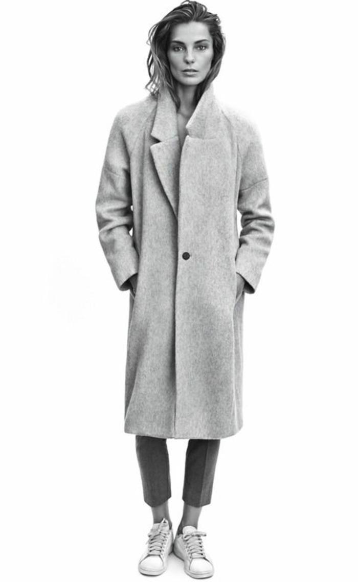 1-jolie-manteau-log-femme-gris-avec-sneakers-blancs-femme-moderne-modèle