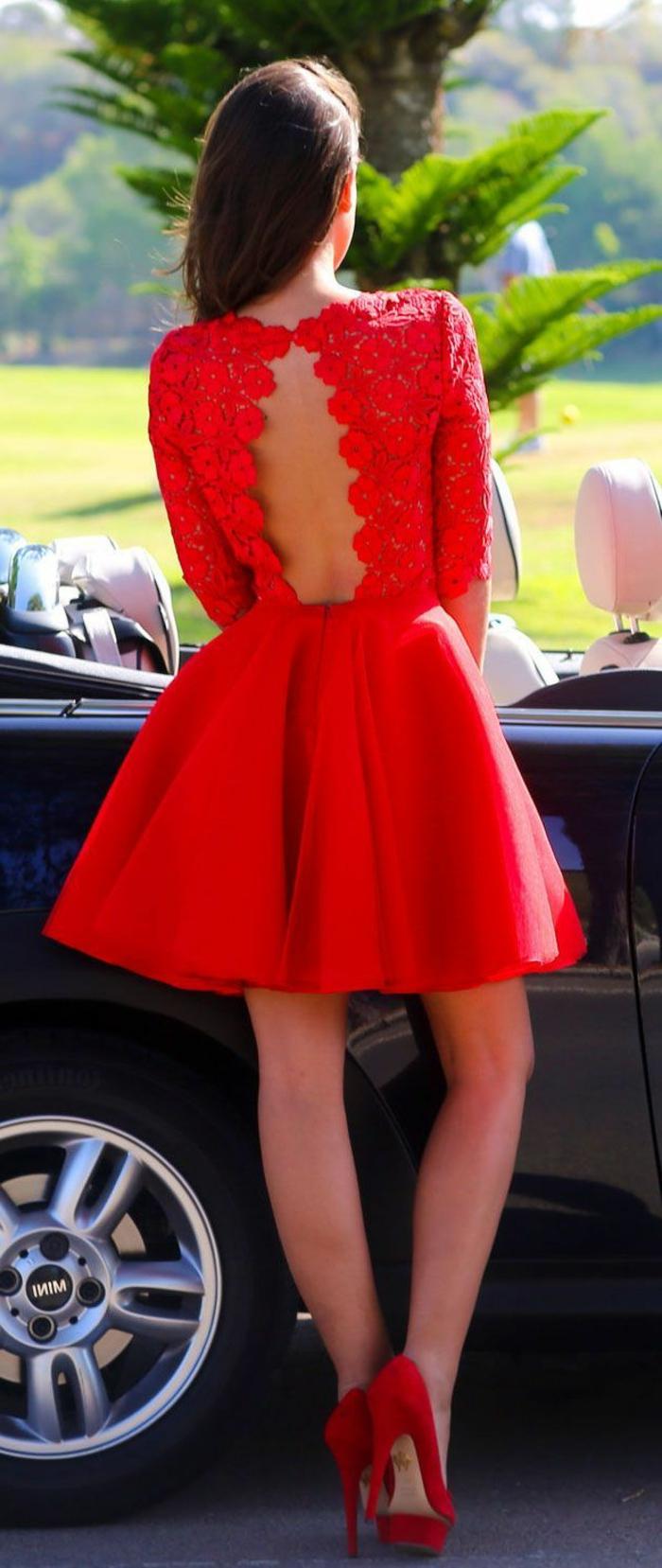 1-jolie-robe-de-soirée-courte-rouge-avec-dos-nu-en-dentelle