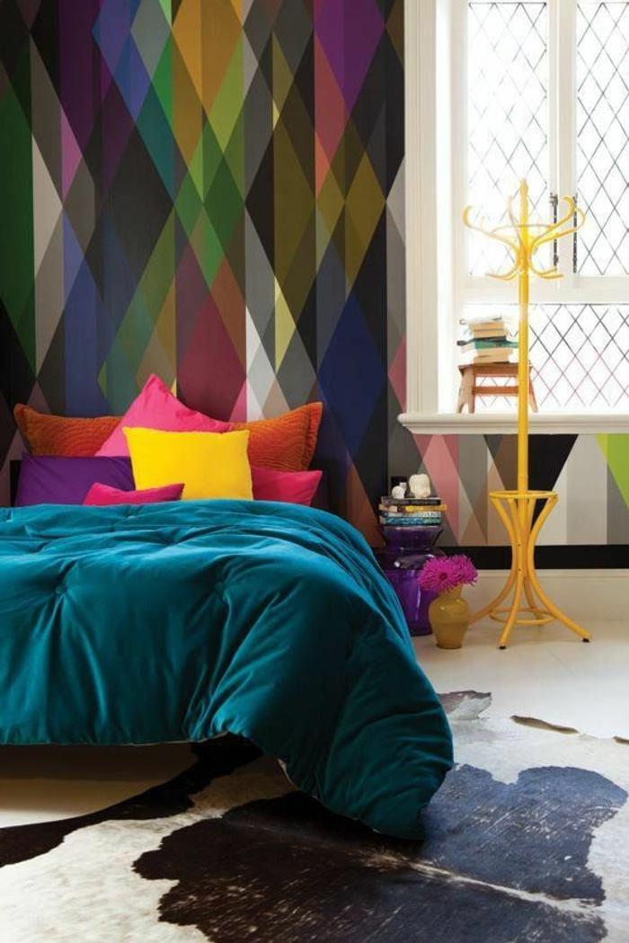 1-jolie-tapisserie-leroy-merlin-geometrique-avec-traingles-colorés-dans-la-chambre-à-coucher-moderne