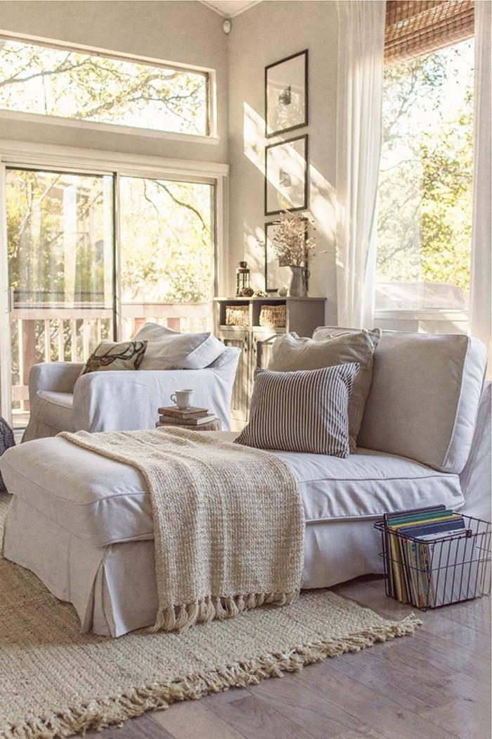 1-le-plus-beau-fauteuil-de-lecture-beige-avec-un-coussin-et-sol-en-parquette
