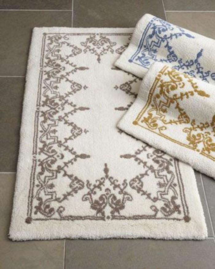 1-le-tapis-de-salle-de-bain-blanc-à-motifs-interessants-et-colorés-avec-carrelage-gris-pour-la-salle-de-bain
