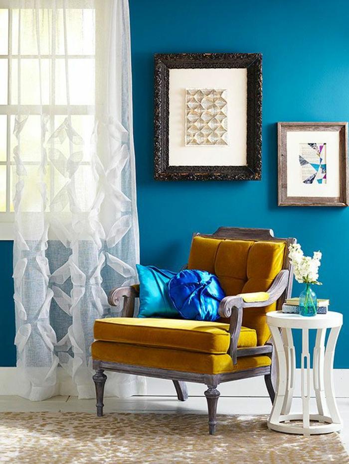1-le-voilage-fenetre-de-couleur-blanc-en-dentelle-blanche-pour-la-salle-de-sejour-avec-murs-bleus-tapis-beige