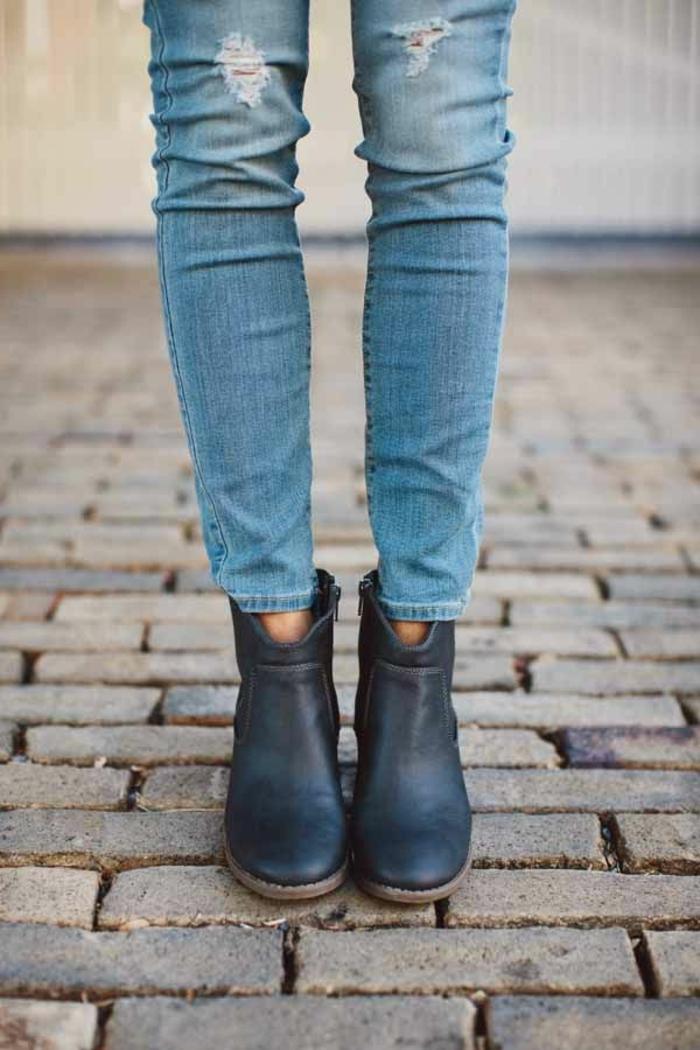 1-les-bottes-noires-en-cuir-avec-denim-bleu-les-tendances-dans-la-mode-pour-l-hiver-2016