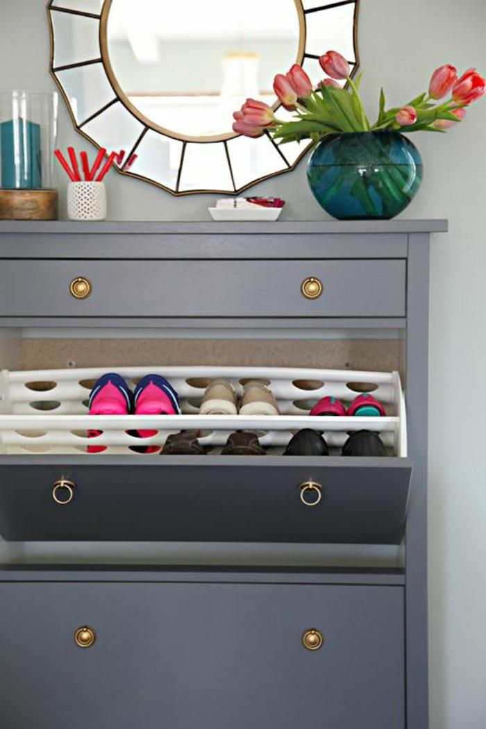 1-les-meubles-à-chaussures-dans-la-maison-contemporaine-fleurs-sur-le-meuble-en-bois