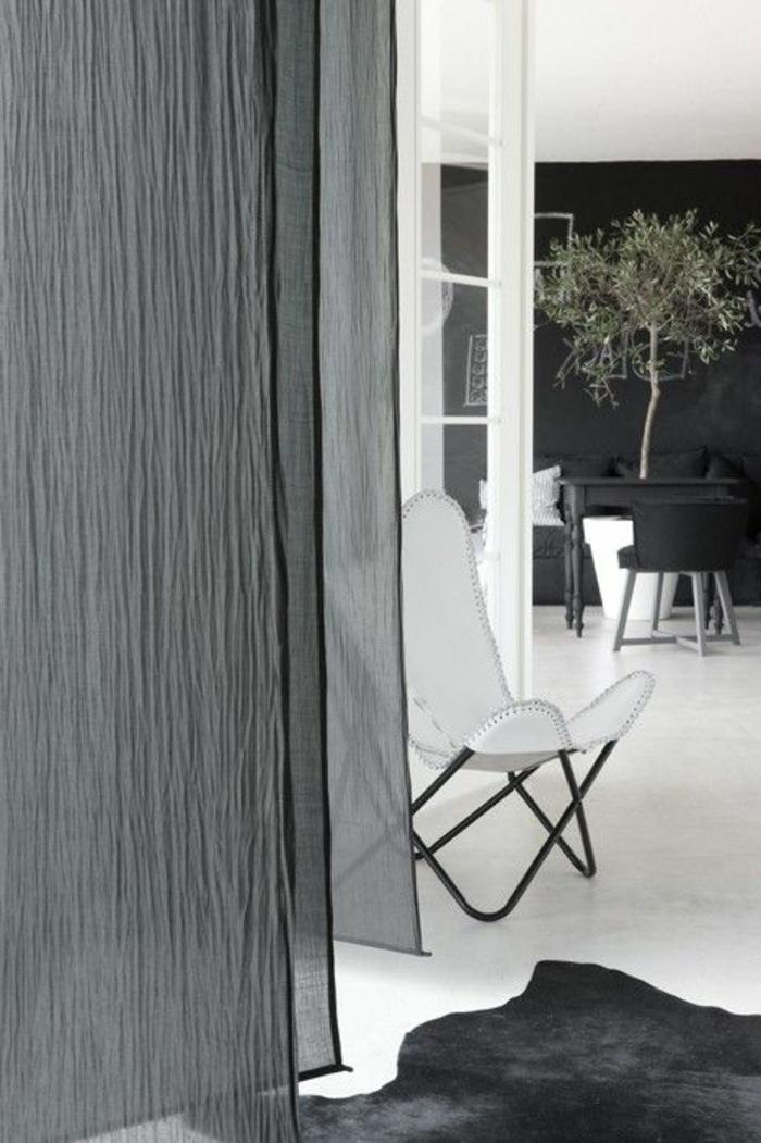 1-les-rideaux-voilages-dans-la-salle-de-séjour-avec-un-tapis-en-peau-d-animal-noir-et-rideaux-gris