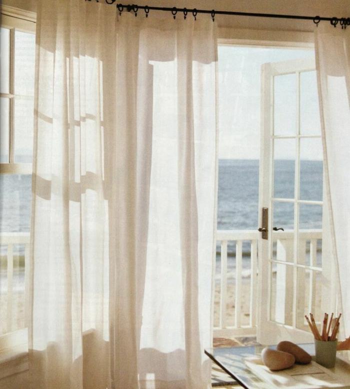1-les-rideaux-voilages-dans-la-salle-de-séjour-avec-une-vue-vers-la-plage