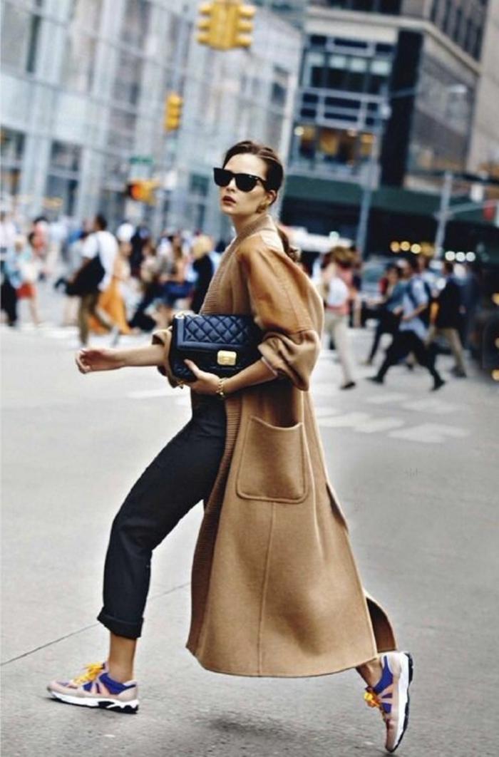 1-manteau-long-femme-beige-avec-sneakers-colorés-marche-sur-la-rue