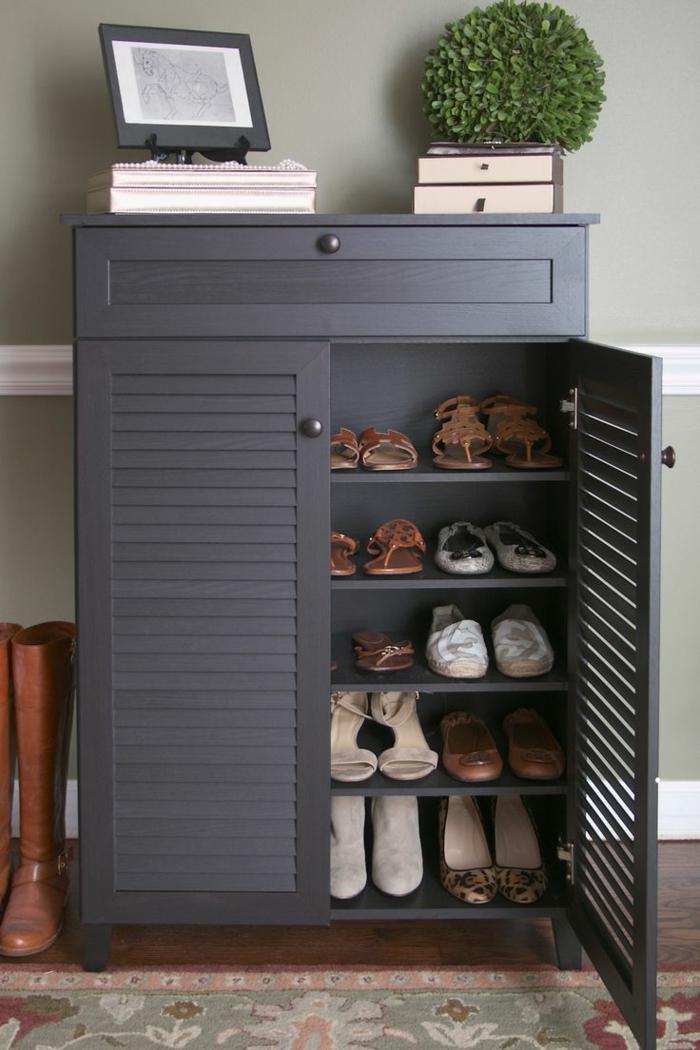 1-meuble-chaussure-ikea-en-bois-peint-en-gris-et-tapis-coloré-dans-le-couloir-moderne