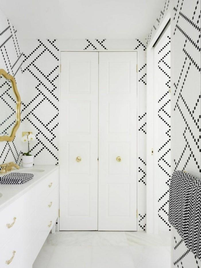 1-papier-peint-geometrique-balnche-et-noir-dans-la-salle-de-bain-avec-murs-blancs