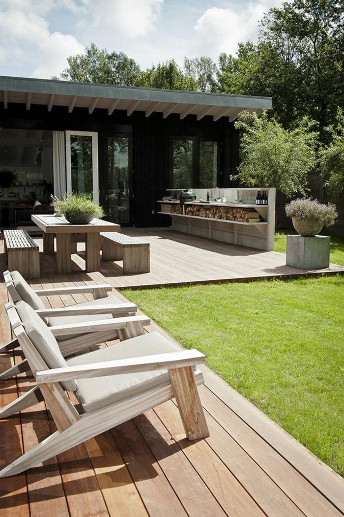 1-pour-bien-aménager-sa-terrasse-une-chaise-en-bois-clair-et-pelouse-verte