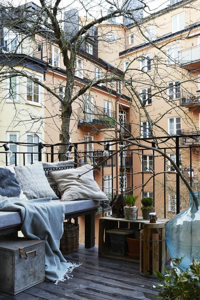 1-quel-rambarde-balcon-choisir-pour-la-terrasse-moderne-sol-en-planchers-et-petite-table-en-bois