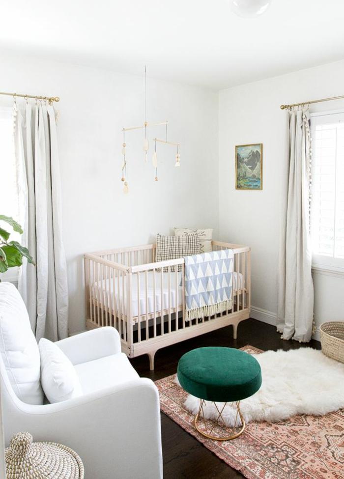 1-quels-rideaux-enfants-choisir-pour-la-chambre-d-enfant-avec-un-lit-d-enfant-en-bois-tapis-coloré
