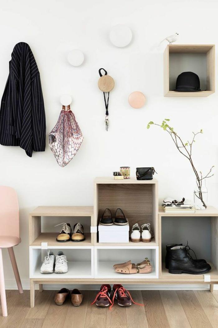 1-range-chaussures-en-cube-de-rangement-en-bois-clair-comment-aménager-le-couloir