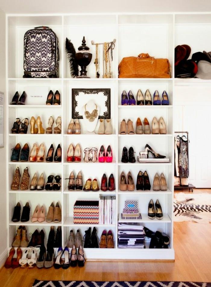 1-range-chaussures-et-sol-en-parquette-clair-et-tapis-en-peau-d-animal-tapis-beige-noir