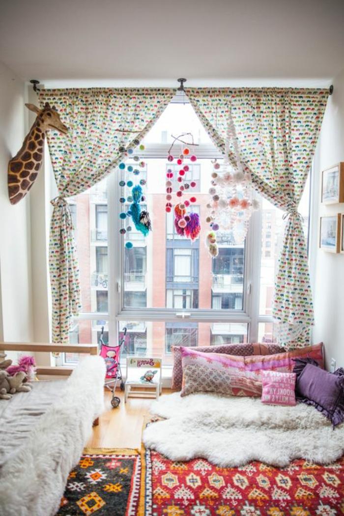 1-rideau-occultant-enfant-à-points-dans-la-chambre-d-enfant-avec-rideaux-blancs