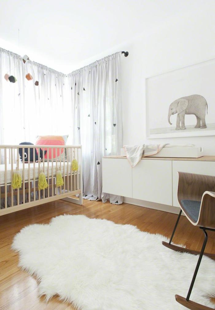 1-rideau-occultant-enfant-blanc-dans-la-chambre-bébé-avec-un-lit-en-bois-pour-bébé