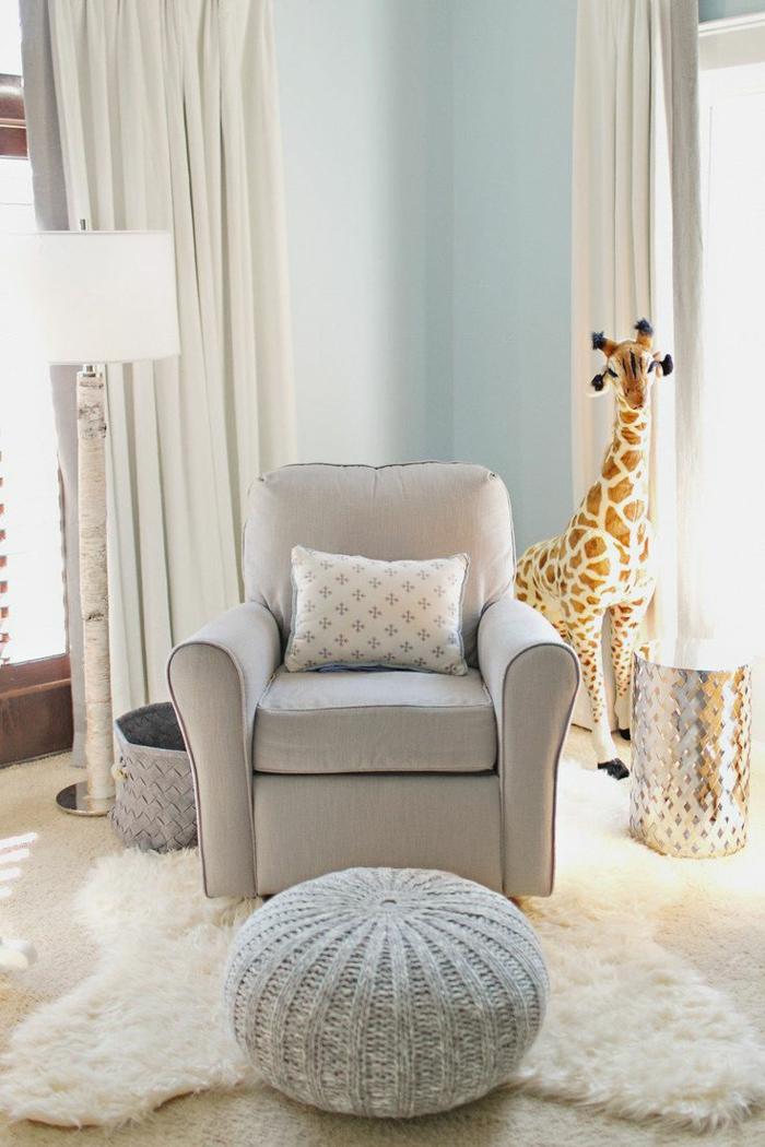 1-rideau-occultant-enfant-dans-la-chambre-d-enfant-avec-un-interieur-elegant-fauteuil-gris