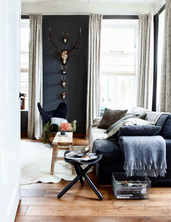 1-saint-maclou-parquet-pour-le-salon-avec-canapé-noir-et-rideaux-beiges-pour-les-fenetres