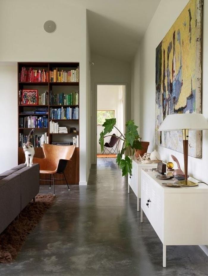 1-salon-avec-sol-en-béton-ciré-et-plante-verte-d-intérieur-murs-blancs-et-meuble-blanc