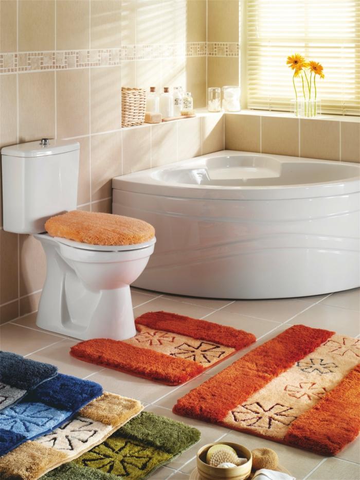 1-tapis-de-douche-coloré-pour-la-salle-de-bain-avec-carrelage-beige-et-baignoir-blanc