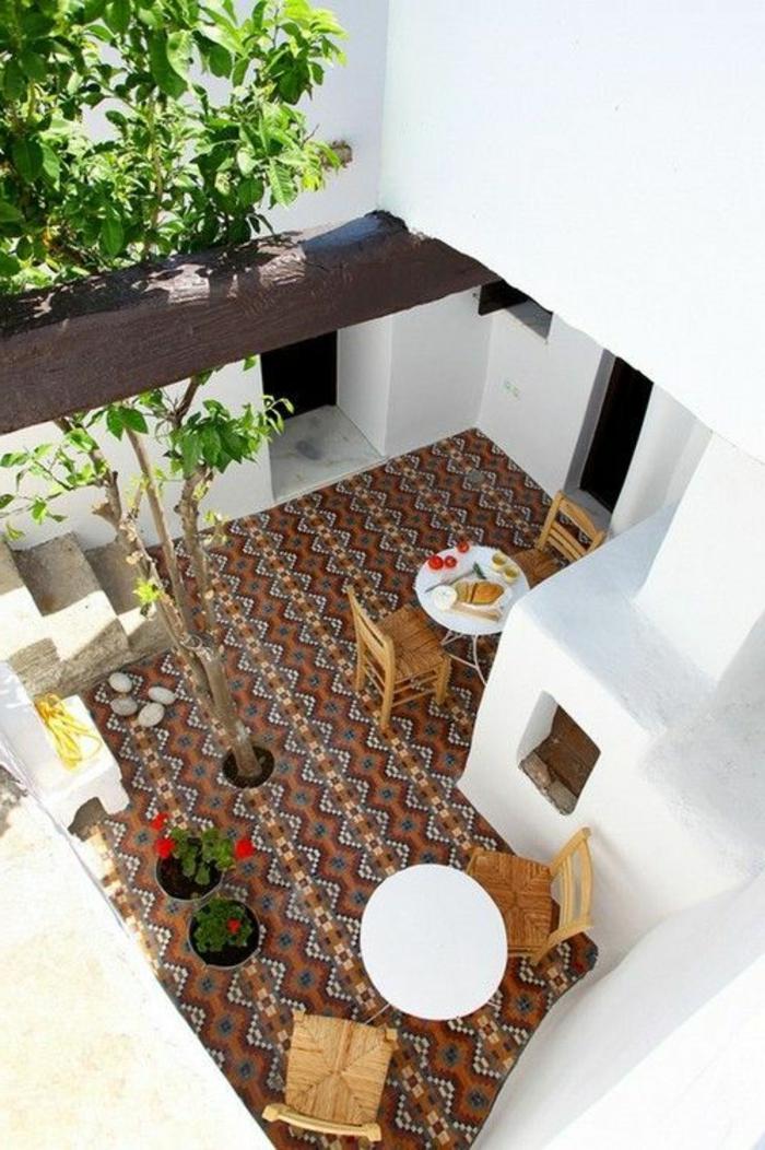 1-terrasse-avec-tapis-d-extérieur-moderne-coloré-pour-l-extérieur-devant-la-maison