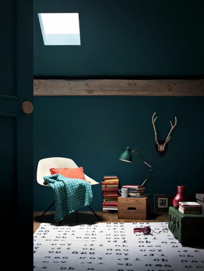 1-un-joli-salon-avec-murs-de-couleur-bleu-foncé-avec-un-tapis-beige-à-motifs