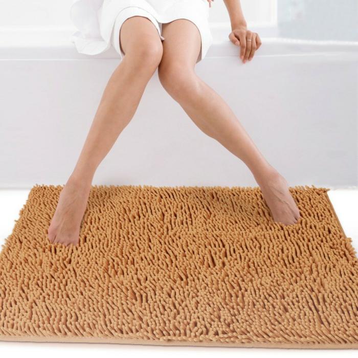 1-un-joli-tapis-de-salle-de-bain-beige-pour-la-salle-de-bain-blanche-avec-baignoir-blanc