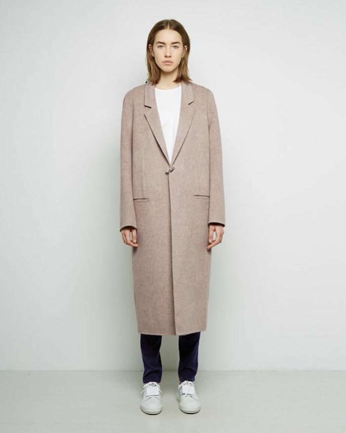 1-un-manteau-long-femme-beige-une-vision-élégante-avec-t-chirt-blanc-et-pantalon-noir