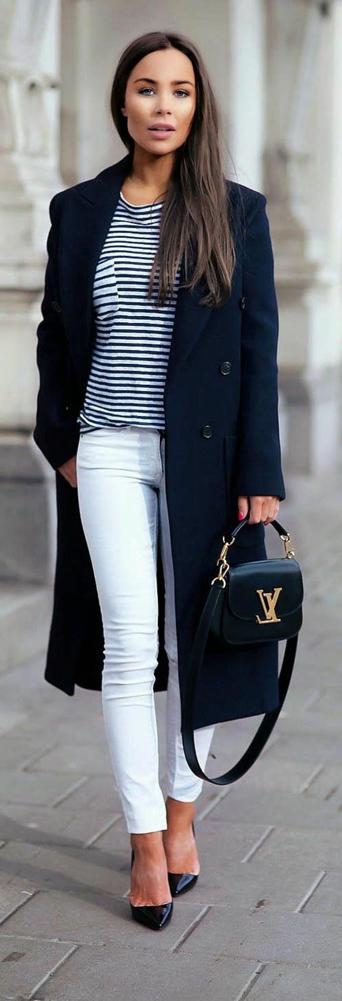 1-un-manteau-long-femme-noir-une-vision-élégante-avec-t-chirt-à-rayures-blanches-noires